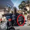 Periodista sufre caída al intentar entrevistar al Presidente (Video)