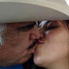 Gran polémica han causado un par de fotos de Vicente Fernández besando en la boca a una jovencita.