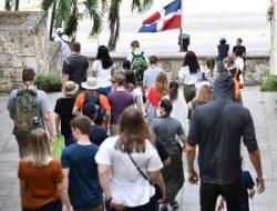 Miles de turistas visitan la Ciudad Colonial