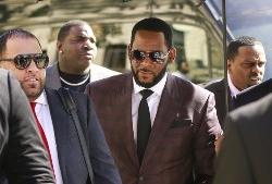 Arrestan al cantante R. Kelly por cargos de tráfico sexual