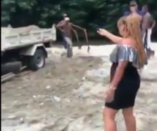 Comunitarios Los Pinos  interceptan camión sacando arena con un regidor en río Dajabón.