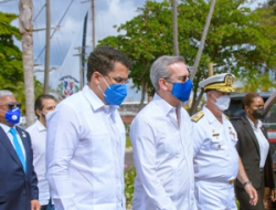 Presidente Abinader entrega junto al ministro David Collado local club oficiales de la Armada Dominicana.